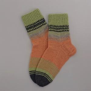 Gestrickte bunte Socken ,Gr. 40/41 aus 6 fach Sockenwolle, Wollsocken, Kuschelsocken, handgestrickt von la piccola Antonella   - Handarbeit kaufen
