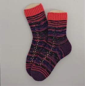 Gestrickte bunte Socken mit Lochmuster Bordüre, Gr. 38/39 aus 6 fädiger Sockenwolle, Wollsocken, Kuschelsocken, handgestrickt von la piccola Antonella  - Handarbeit kaufen