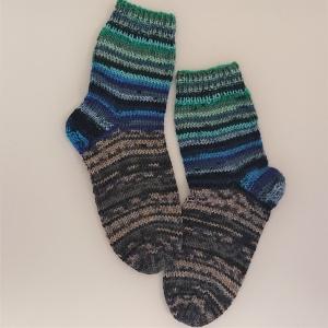 Gestrickte dickere Socken für Kinder, Gr. 34/35 aus 6 fach Sockenwolle, Wollsocken, Kuschelsocken, handgestrickt von la piccola Antonella  - Handarbeit kaufen