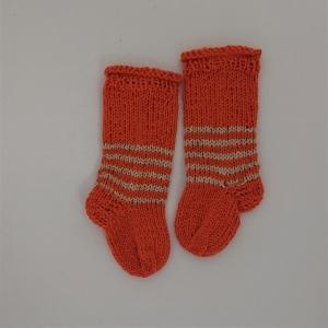 Gestrickte dickere Socken für Babys, ca. 0-3 Monate aus 6 fach Sockenwolle, Wollsocken, Kuschelsocken, handgestrickt von la piccola Antonella  - Handarbeit kaufen