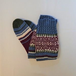 Gestrickte Socken mit Herzen und langem Schaft, Gr. 40/41, Wollsocken, Kuschelsocken, handgestrickt von la piccola Antonella  - Handarbeit kaufen