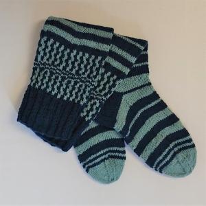 Gestrickte Socken mit Einstrickmuster und langem Schaft, Gr. 36/37, Wollsocken, Kuschelsocken, handgestrickt von la piccola Antonella  - Handarbeit kaufen