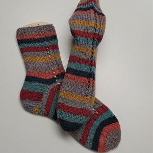 Gestrickte Socken mit bunten Streifen und Glitzer, Gr. 38/39, Stricksocken, Kuschelsocken, handgestrickt von  la piccola Antonella  - Handarbeit kaufen