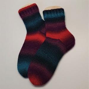 Gestrickte Socken mit Zopfmusterbündchen im bunten Farbverlauf, Gr. 38/39, Stricksocken, Kuschelsocken, handgestrickt von  la piccola Antonella
