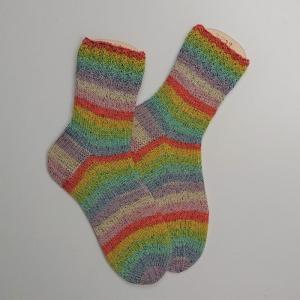 Gestrickte Socken mit bunten Streifen in pastell und Glitzer, Gr. 38/39, Stricksocken, Kuschelsocken, handgestrickt von  la piccola Antonella - Handarbeit kaufen