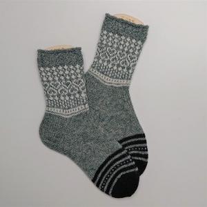 Gestrickte Socken mit Herzen in grau weiß schwarz, Gr. 38/39, Stricksocken, Kuschelsocken, handgestrickt von  la piccola Antonella - Handarbeit kaufen