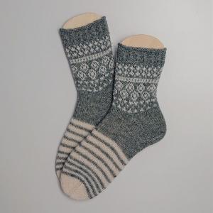 Gestrickte Socken mit Einstrickmuster in grau weiß, Gr. 40/41, Stricksocken, Kuschelsocken, handgestrickt von  la piccola Antonella  - Handarbeit kaufen