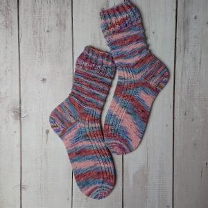Gestrickte Socken in pastelligen Tönen, hand-dyed, Gr. 40/41, Stricksocken, Kuschelsocken, handgestrickt von  la piccola Antonella  - Handarbeit kaufen