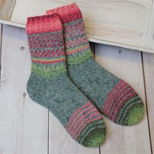 Gestrickte Socken mit Einstrickmuster in grau rosa grün, Gr. 38/39, Stricksocken, Kuschelsocken, handgestrickt von  la piccola Antonella  - Handarbeit kaufen