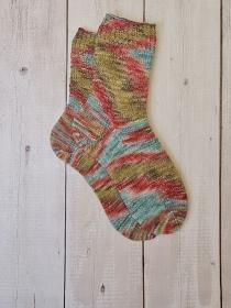 Gestrickte bunte Socken hand-dyed, Gr. 38/39, Stricksocken, Kuschelsocken, handgestrickt von  la piccola Antonella  - Handarbeit kaufen