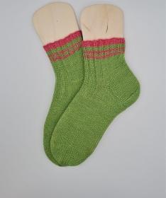 Gestrickte Socken in grün, Gr. 38/39, Stricksocken, Kuschelsocken, handgestrickt von  la piccola Antonella  - Handarbeit kaufen