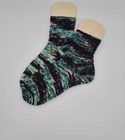 Gestrickte Socken in schwarz bunt, hand-dyed, Gr. 40/41, Stricksocken, Kuschelsocken, handgestrickt von  la piccola Antonella  - Handarbeit kaufen