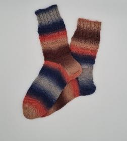 Gestrickte Socken im bunten Farbverlauf, Gr. 38/39, Stricksocken, Kuschelsocken, handgestrickt von  la piccola Antonella  - Handarbeit kaufen
