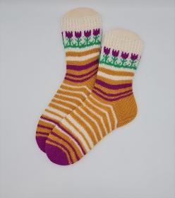 Gestrickte Socken mit Blumenbordüre, Gr. 40/41, Stricksocken, Kuschelsocken, handgestrickt von  la piccola Antonella