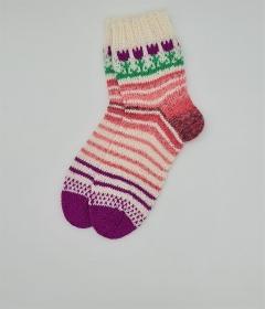 Gestrickte Socken mit Blumenbordüre, Gr. 38/39, Stricksocken, Kuschelsocken, handgestrickt von  la piccola Antonella