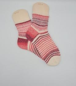 Gestrickte Socken mit Streifenbordüren, Gr. 40/41, Stricksocken in rosa weiß, Kuschelsocken, handgestrickt von  la piccola Antonella   - Handarbeit kaufen