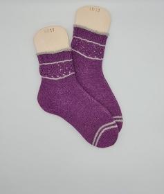 Gestrickte Socken mit Musterbordüre in beere grau, Stricksocken, Kuschelsocken, Gr. 38/39 , handgestrickt von la piccola Antonella  - Handarbeit kaufen