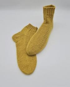 Gestrickte Socken mit seitlichem Muster in gelb, Stricksocken, Kuschelsocken, Gr. 40/41, handgestrickt von la piccola Antonella   - Handarbeit kaufen