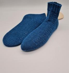 Gestrickte Socken mit seitlichem Muster in blau, Stricksocken, Kuschelsocken, Gr. 40/41, handgestrickt von la piccola Antonella   - Handarbeit kaufen