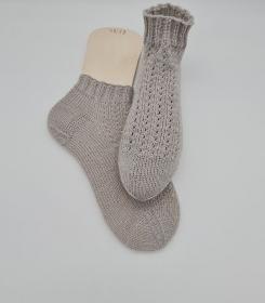 Gestrickte Socken mit Zopfmuster in hellgrau, Stricksocken, Kuschelsocken, Gr. 38/39, handgestrickt von la piccola Antonella   - Handarbeit kaufen
