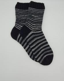 Gestrickte Socken für den Mann in grau schwarz gestreift, Gr. 44/45 mit verstärkter Ferse, Wollsocken, Kuschelsocken, handgestrickt von la piccola Antonella  - Handarbeit kaufen