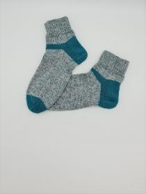 Gestrickte Socken in grau smaragd, Gr. 38/39, Stricksocken, Kuschelsocken, handgestrickt von  la piccola Antonella  - Handarbeit kaufen