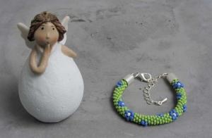 handgefertigtes Perlenarmband für Kinder * grün mit blau-weißen Blumen - Handarbeit kaufen