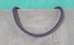 wunderschöne kurze Halskette aus Rocailles-Perlen gehäkelt * blau transparent matt - Handarbeit kaufen
