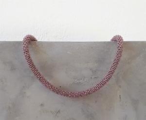 wunderschöne kurze Halskette aus Rocailles-Perlen gehäkelt * mauve matt transparent - Handarbeit kaufen