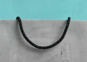 Schwarze kurze Halskette mit silbernen und goldenen Punkten aus matten Rocailles-Perlen gehäkelt * zierlich und sehr edel