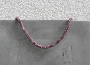 Lavendel-farbene kurze Halskette aus glänzenden Rocailles-Perlen gehäkelt * stylisch edel - Handarbeit kaufen