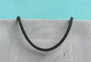 schwarze kurze Halskette aus matten Rocailles-Perlen gehäkelt * wunderschön zeitlos-schlicht und immer passend - Handarbeit kaufen