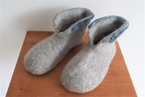 wunderbar warme Filzpuschen mit rutschfester Sohle * grau mit blauem Rand *  Größe 38 - Handarbeit kaufen