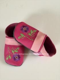 Handgefertigte Krabbelpuschen in Pink mit Blume