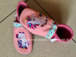 Handgefertigte Krabbelpuschen in rosa/pink mit Einhorn
