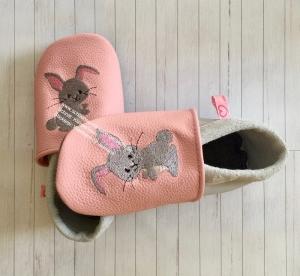 Handgefertigte Krabbelpuschen in rosa/grau mit Hase - Handarbeit kaufen