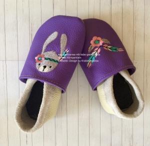 Handgefertigte Krabbelpuschen in lila/grau mit BOHO-Hase  - Handarbeit kaufen