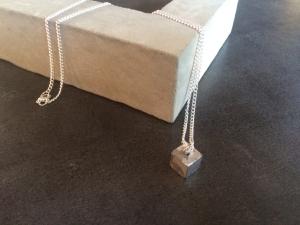 Betonschmuck Halskette silber Anhänger Würfel eckig Geschenk