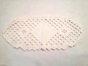 handgefertigte kleine weiße Decke in aufwendiger Hardanger Technik gestickt