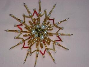 Perlenstern handgefertigt in gold rot weiß als Weihnachtsschmuck oder Fensterdeko - Handarbeit kaufen