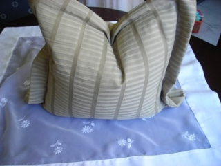 Kissenbezug mit Füllung beige in sich gemusterter  in Größe 40 x 40 cm zzgl. Rand - Handarbeit kaufen