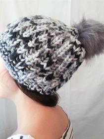 Wollmütze handgestrickt grau meliert mit Bommel in Größe M für Frauen - Handarbeit kaufen