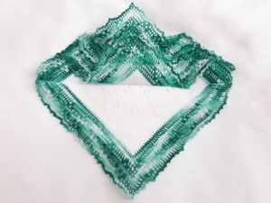 Einstecktuch, Ziertaschentuch handumhäkelt mit mintgrüner Spitze, ein besonderes auffälliges Accessoires - Handarbeit kaufen
