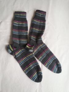 Wollsocken handgestrickt  in grau bunt geringelt  Größe 44 bis 45 für Frauen und Männer