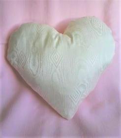 Kissen in Herzform  creme Farben mit Füllung Geschenk zum Valentinstag - Handarbeit kaufen