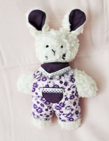 Plüschhase handgefertigt beige  mit lila Overall für Mädchen und Jungen - Handarbeit kaufen