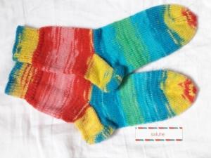 Wollsocken in Größe 28/29 handgestrickt rot,türkis,grün und gelb geringelt für Mädchen und Jungen