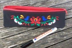 Handemachtes Stiftemäppchen, bestickt