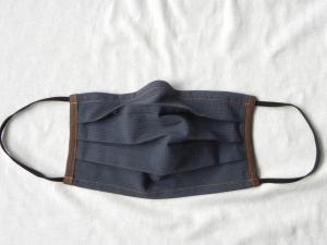 Stoffmaske, Mund-Nasen-Schutz mit Falten, für Männer Größe M, dunkelblau-braun mit feinen Streifen