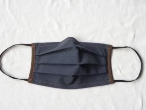 Stoffmaske, Mund-Nasen-Schutz mit Falten, für Männer Größe L, dunkelblau-braun mit feinen Streifen
